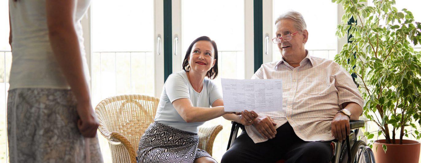 Eine jüngere Dame und ein älterer Herr kommunizieren.