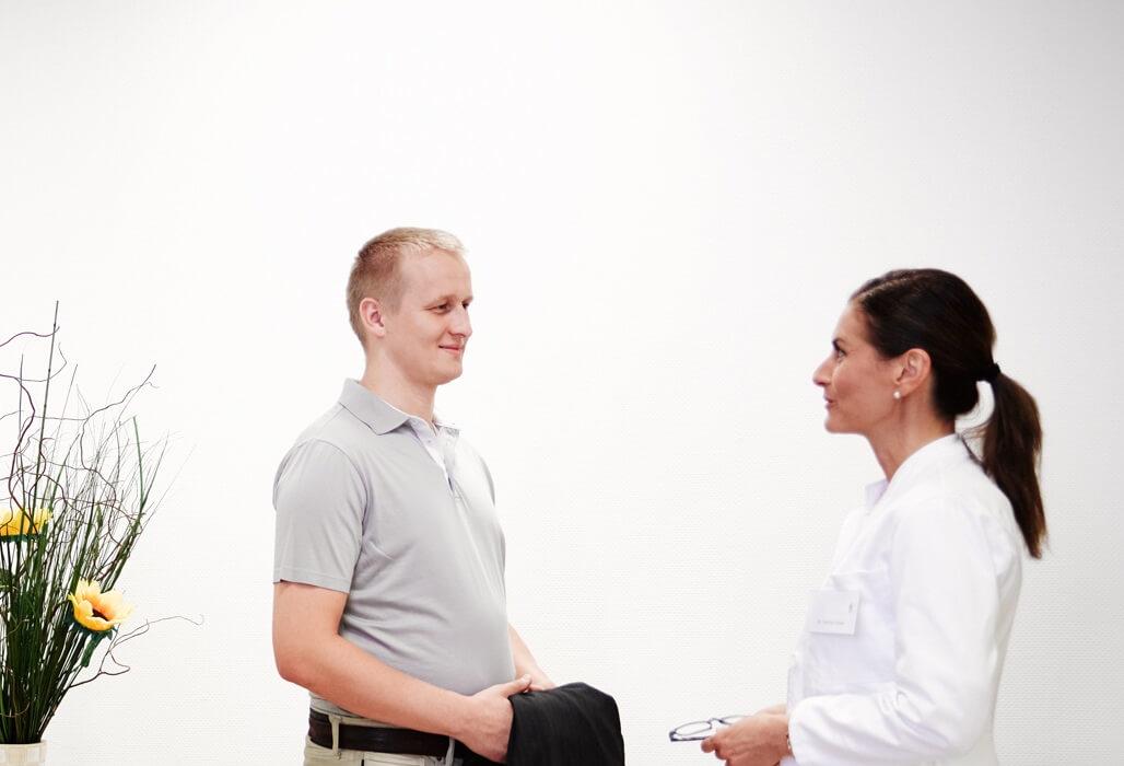 Ein Patient unterhält sich mit seiner Ärztin.