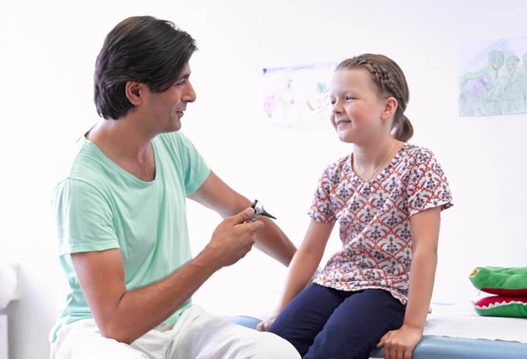 Kinderarzt untersucht ein Mädchen