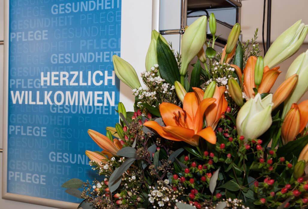Herzlich willkommen - Blumenarrangement