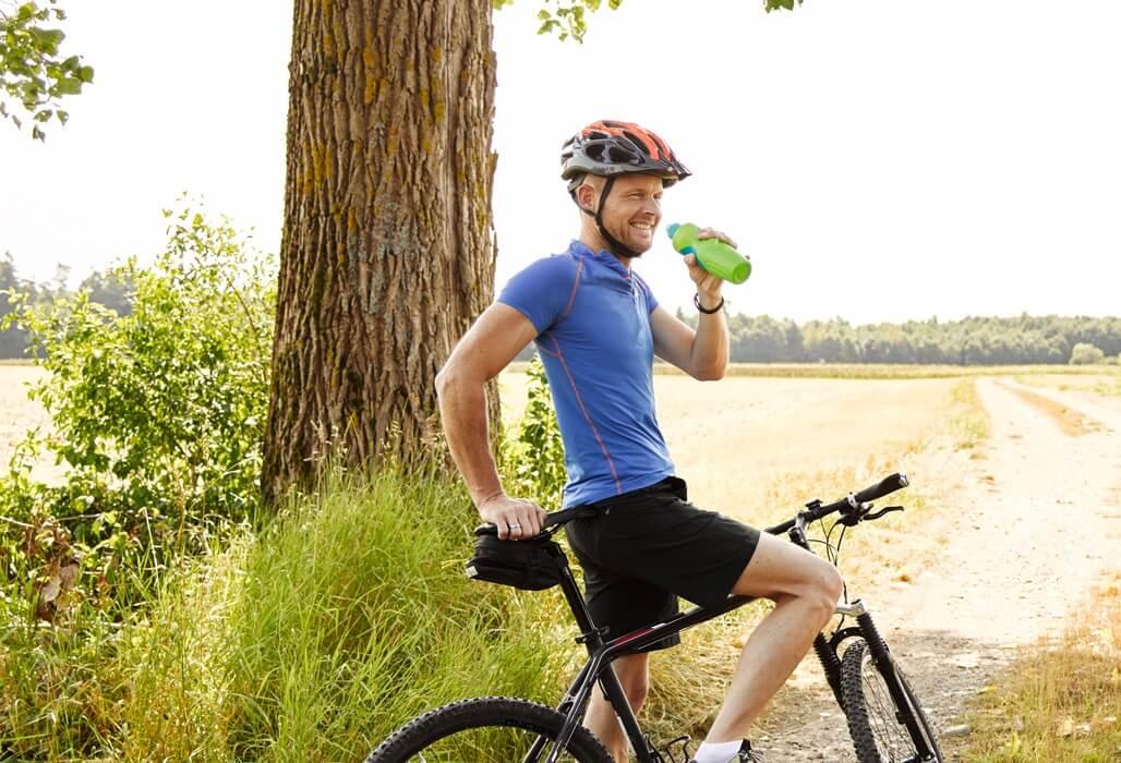 Fahrradfahrer im Grünen.
