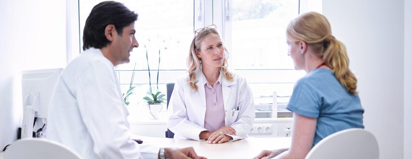 Drei Ärztinnen und Ärzte im Gespräch.