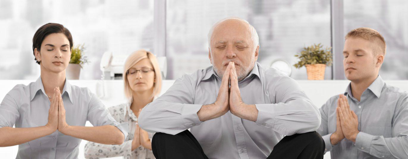 Älterer Herr und junge Menschen machen Entspannungsübungen