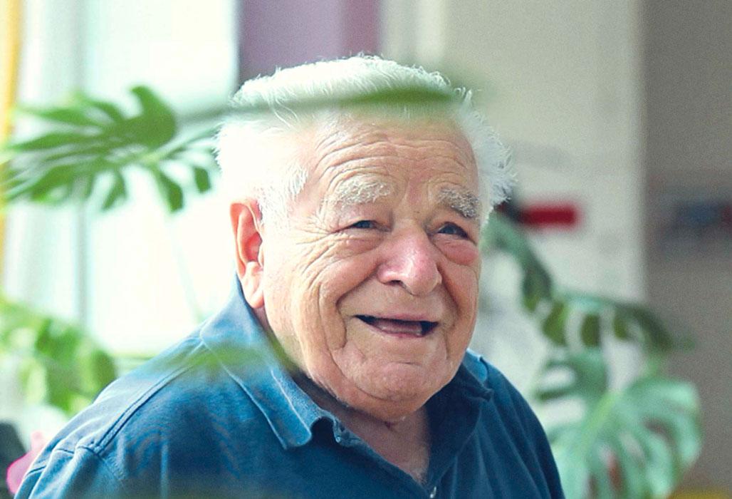 Älterer Herr im Pflegeheim