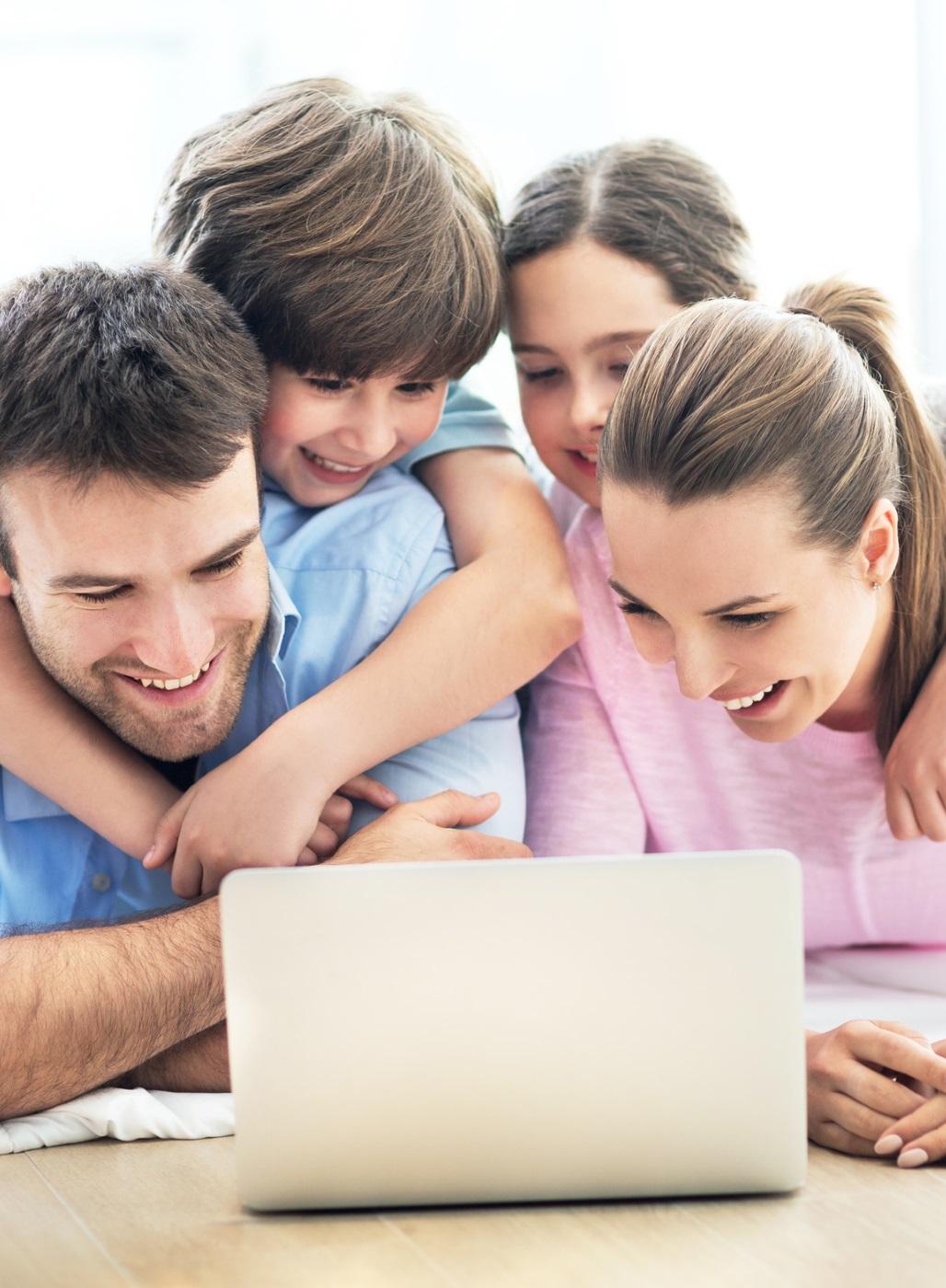 Familie informiert sich über das Impfen zum thema Masern.