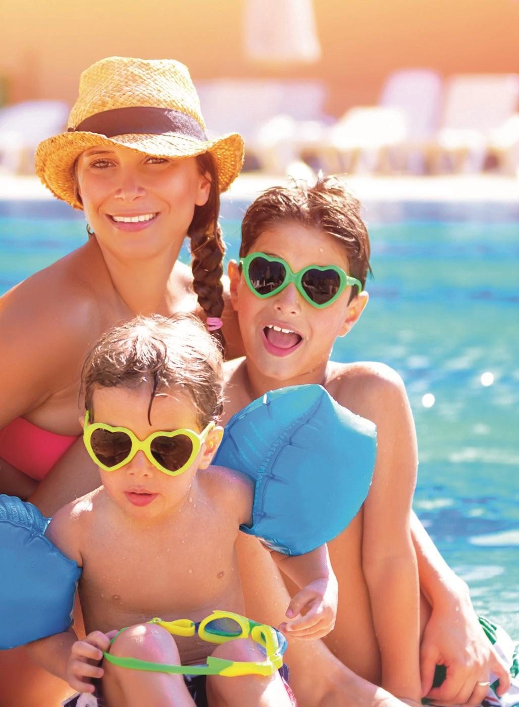 Familie mit Sonnenbrillen am Strand.