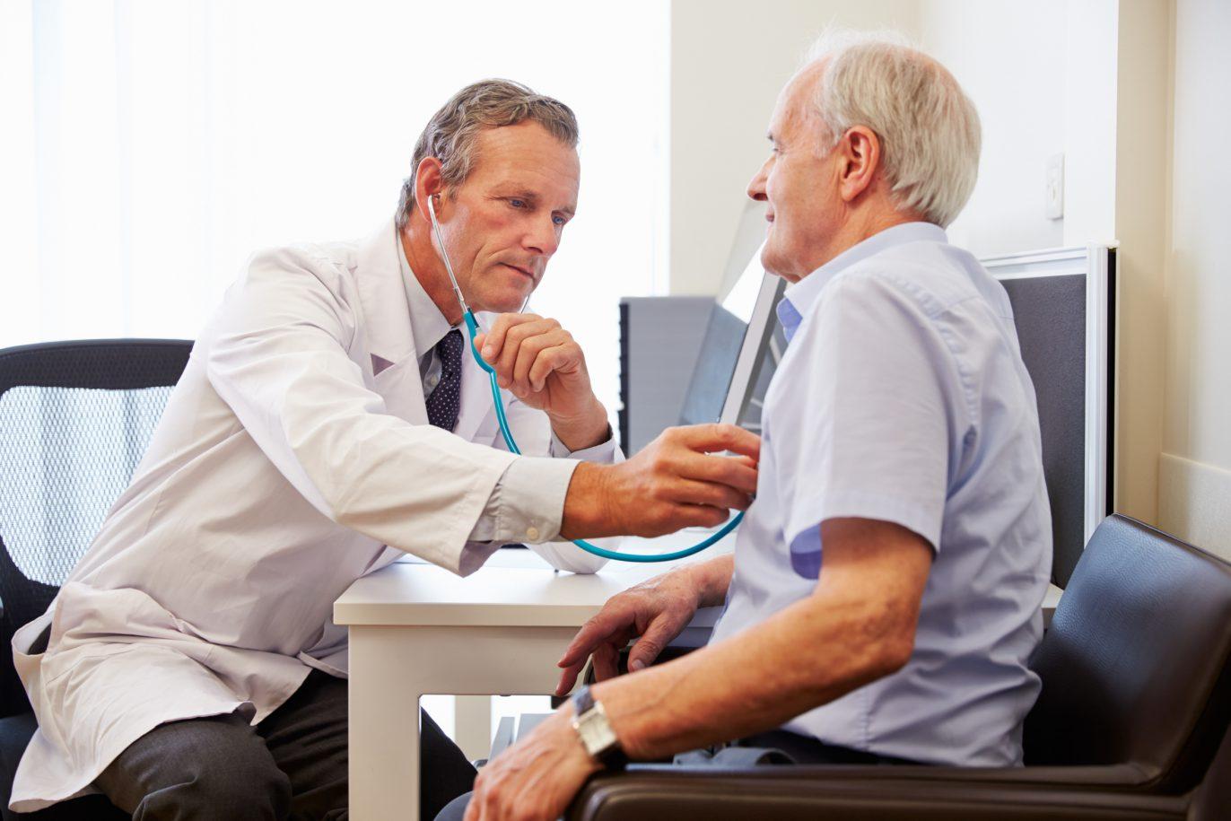 Arzt untersucht älteren Patienten.