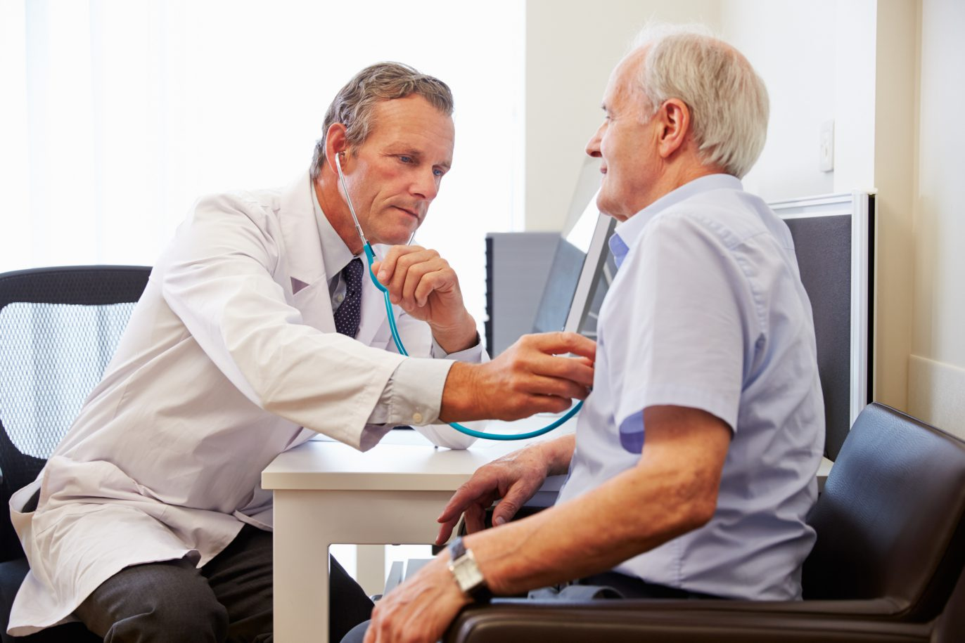 Arzt untersucht älteren Patient.