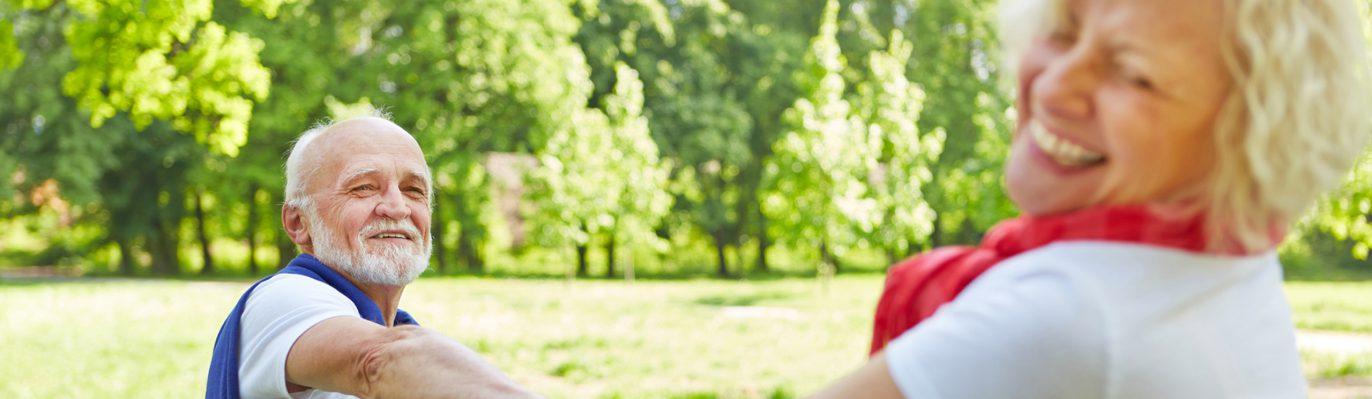 Ein älteres Paar glücklich im Park.