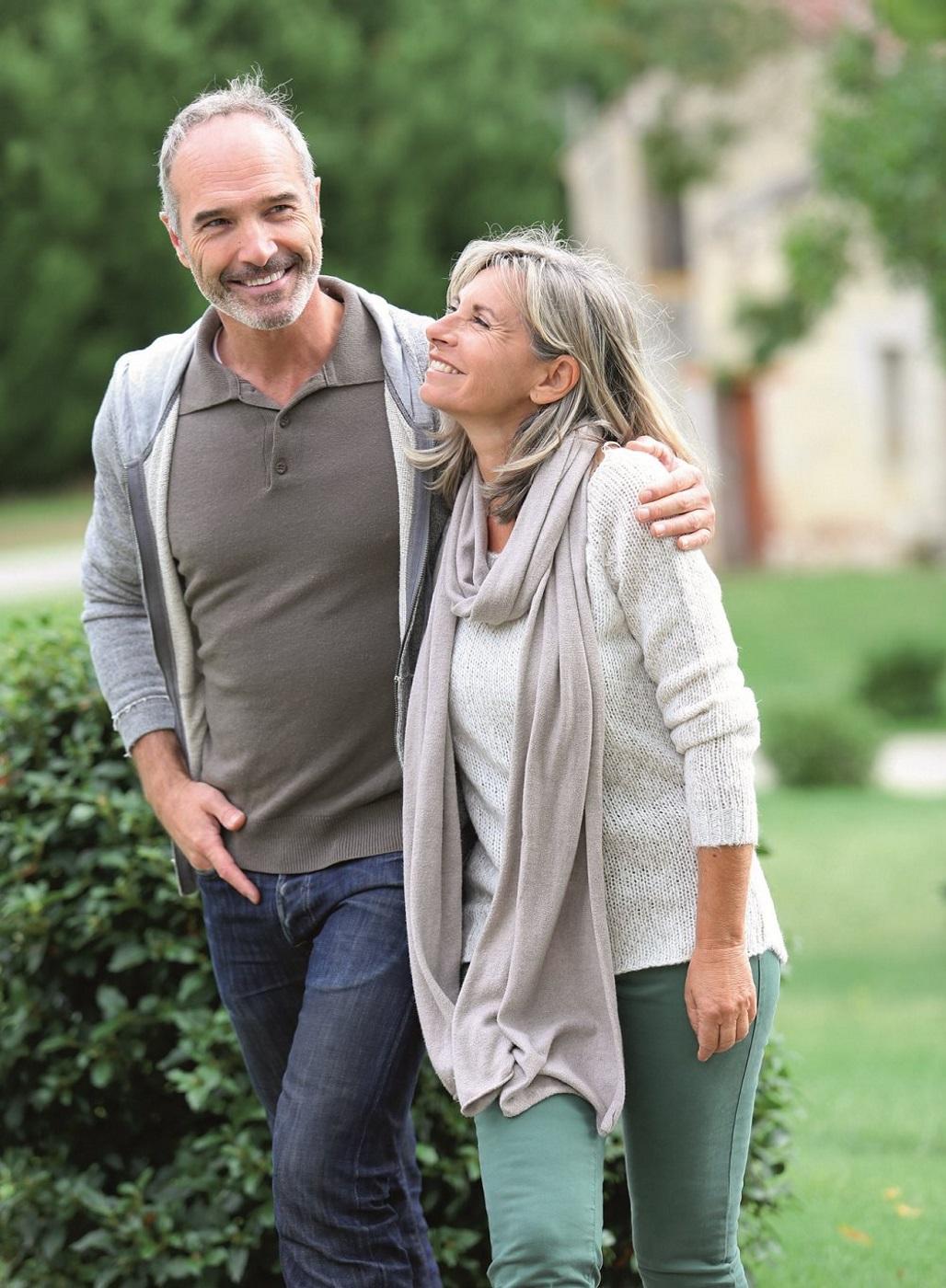 Gesunder Mann geht mit seiner Frau spazieren.