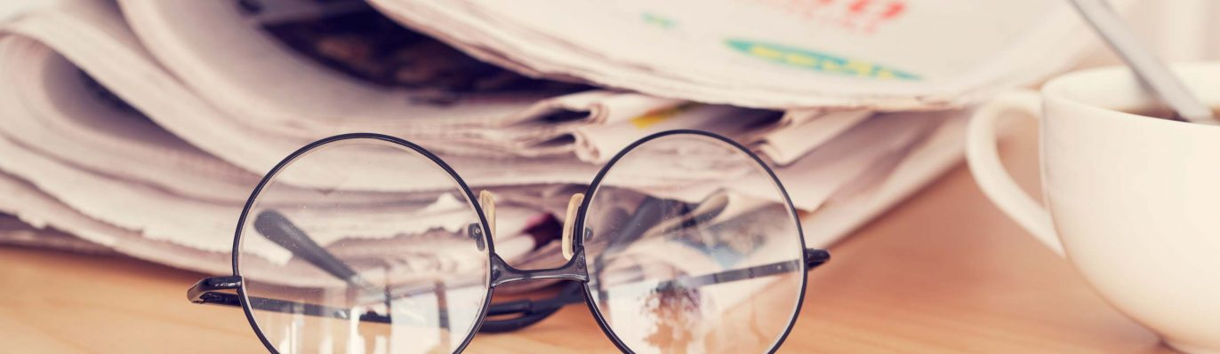 Zeitung, Brille, Kaffeetasse