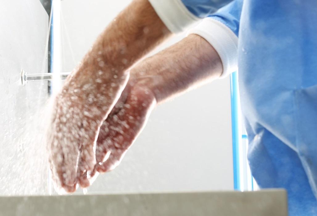 Chirurg wäscht sich die Hände.