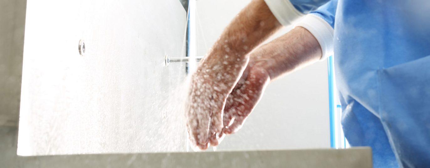 Chirurg wäscht seine Hände.