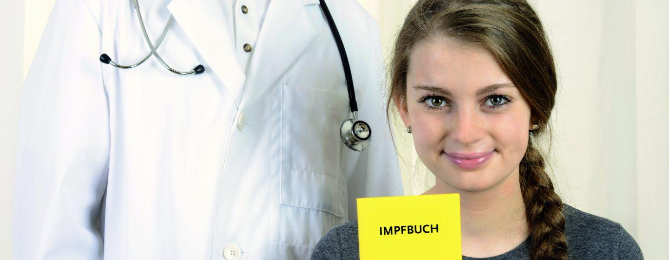 Patientin mit Impfbuch bei Arzt.