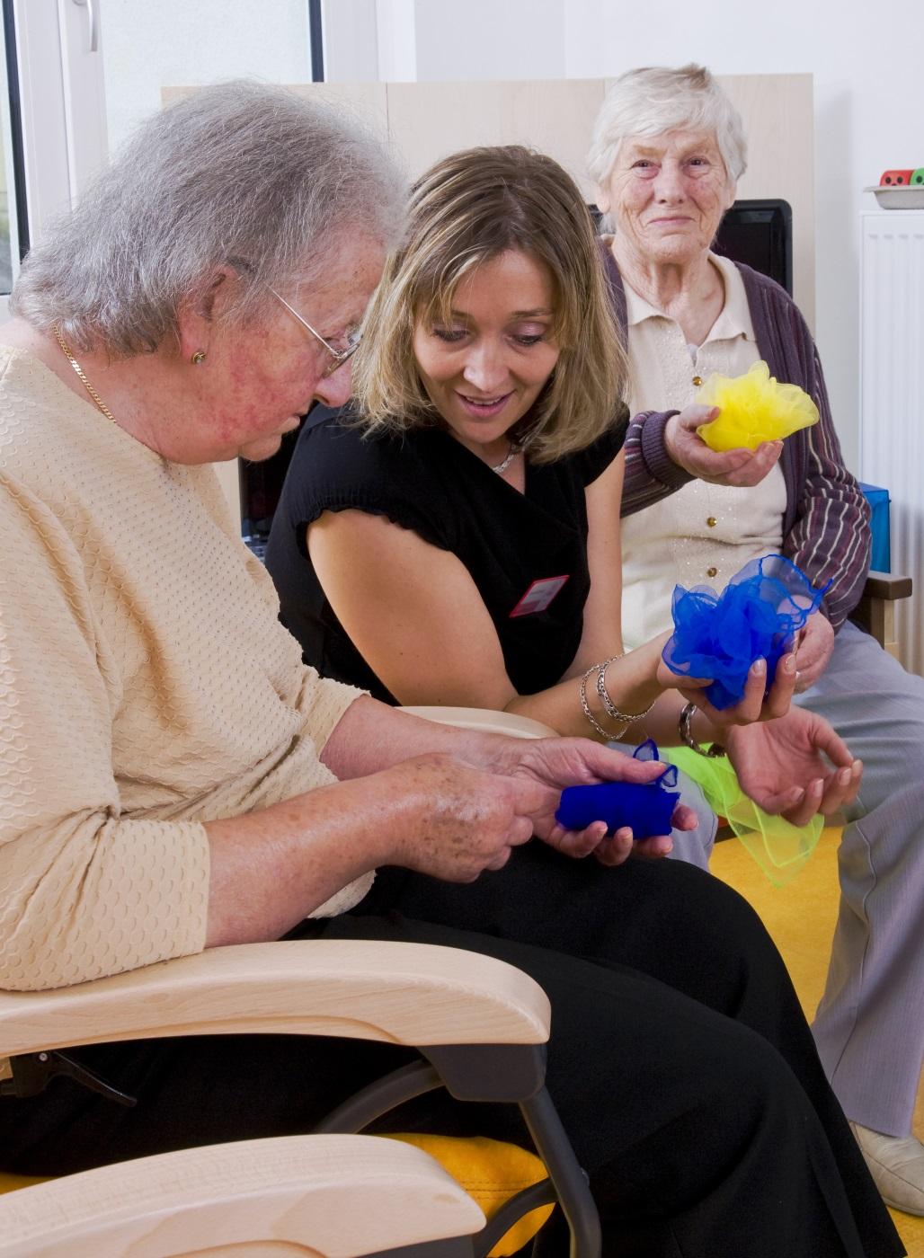 Pflegerin betreut zwei ältere Damen. Foto: Stefan Ernst