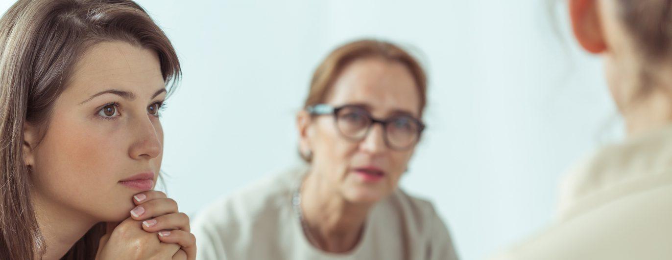 Psychotherapeutin redet mit junger Frau - Therapie.