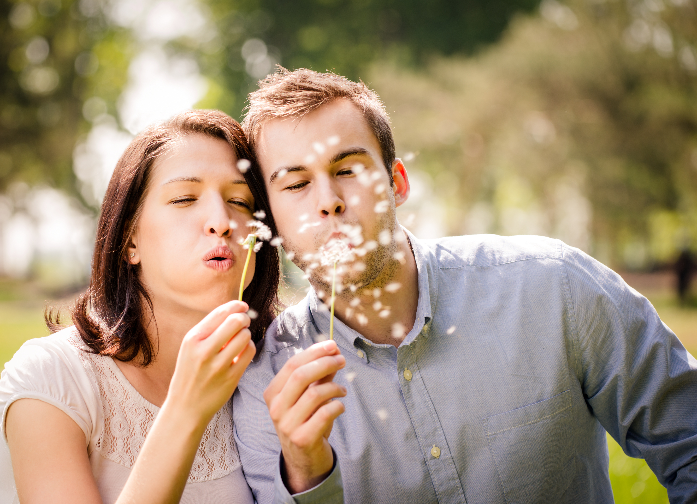 Paar mit Pusteblumen