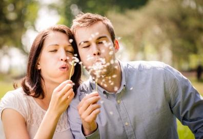 Rauchfrei leben – Paar mit Pusteblumen
