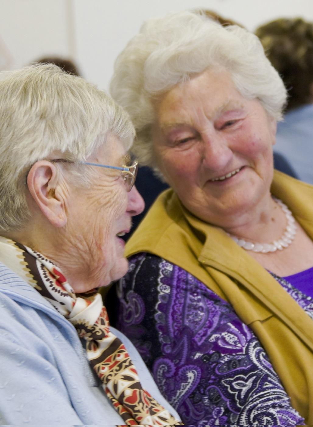 Zwei ältere Damen unterhalten sich im Speisesaal. Foto: Stefan Ernst