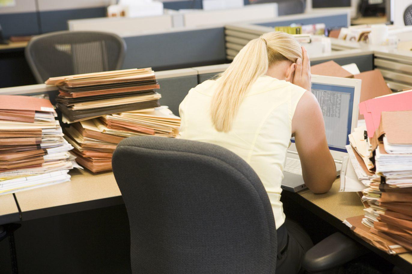 Junge Frau ertrinkt in Arbeit