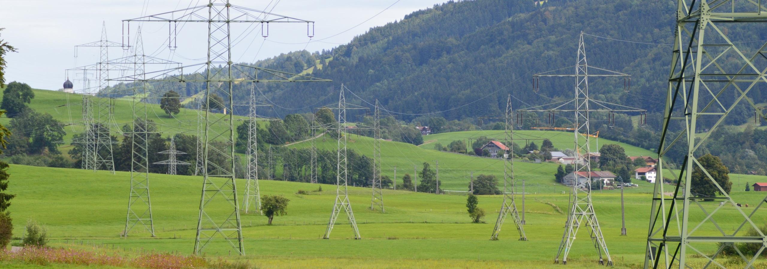 Strommasten in der Landschaft.