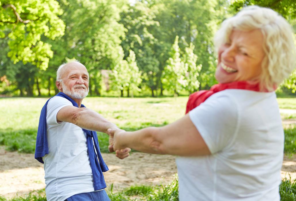 Älteres Paar vergnügt im Park.