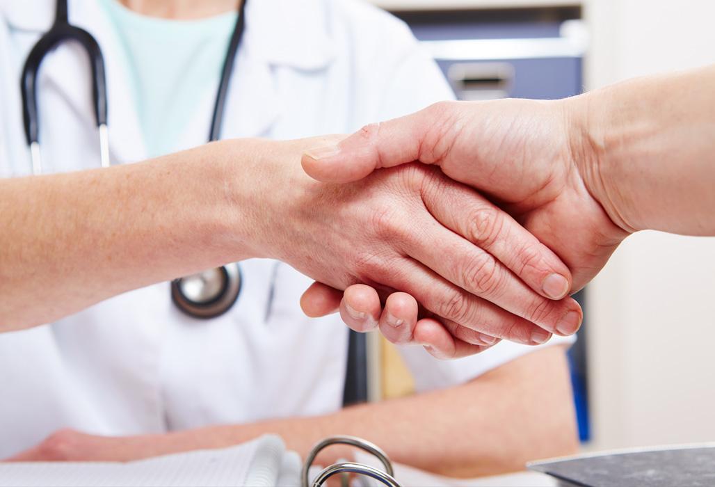 Arzt und Patientenfürsprecher reichen sich die Hände.