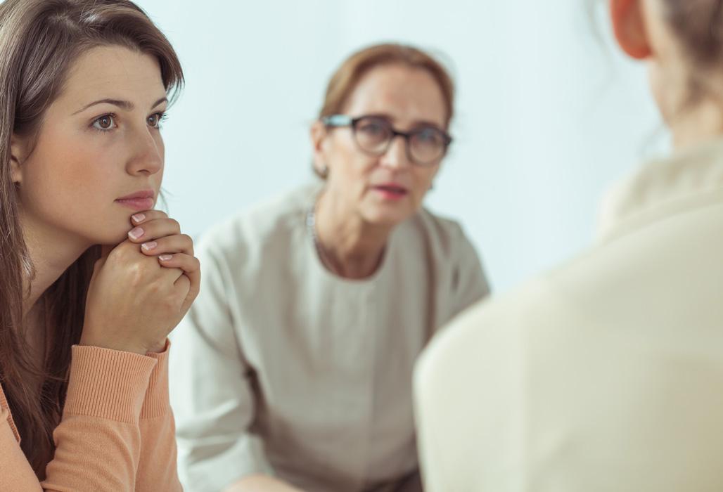 Psychotherapeuthin im Gruppengespräch.