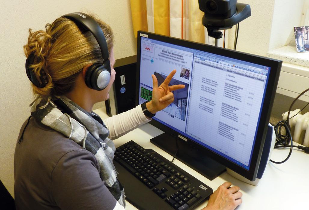 Ärztin führt über den Bildschirm eine Untersuchung durch. Foto: Universitätsklinikum Erlangen