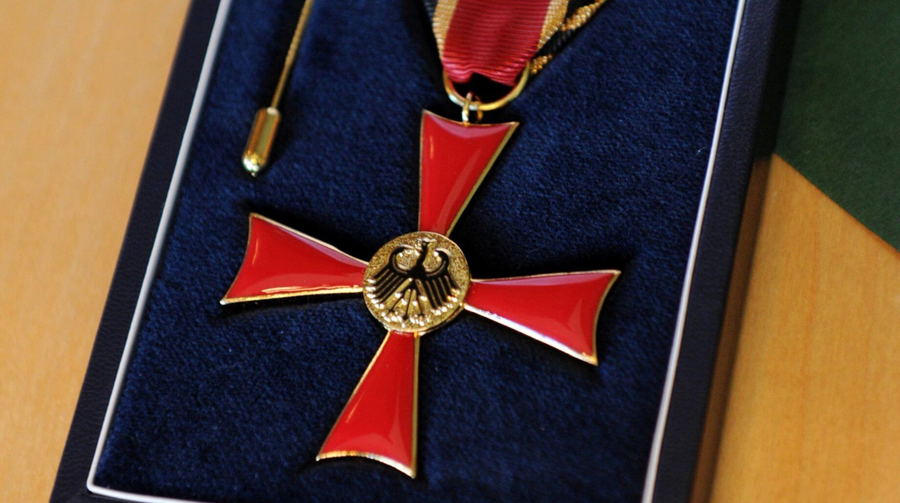 Foto: Bundesregierung / Susanne Eriksson - Verdienstkreuz am Bande des Verdienstordens der Bundesrepublik