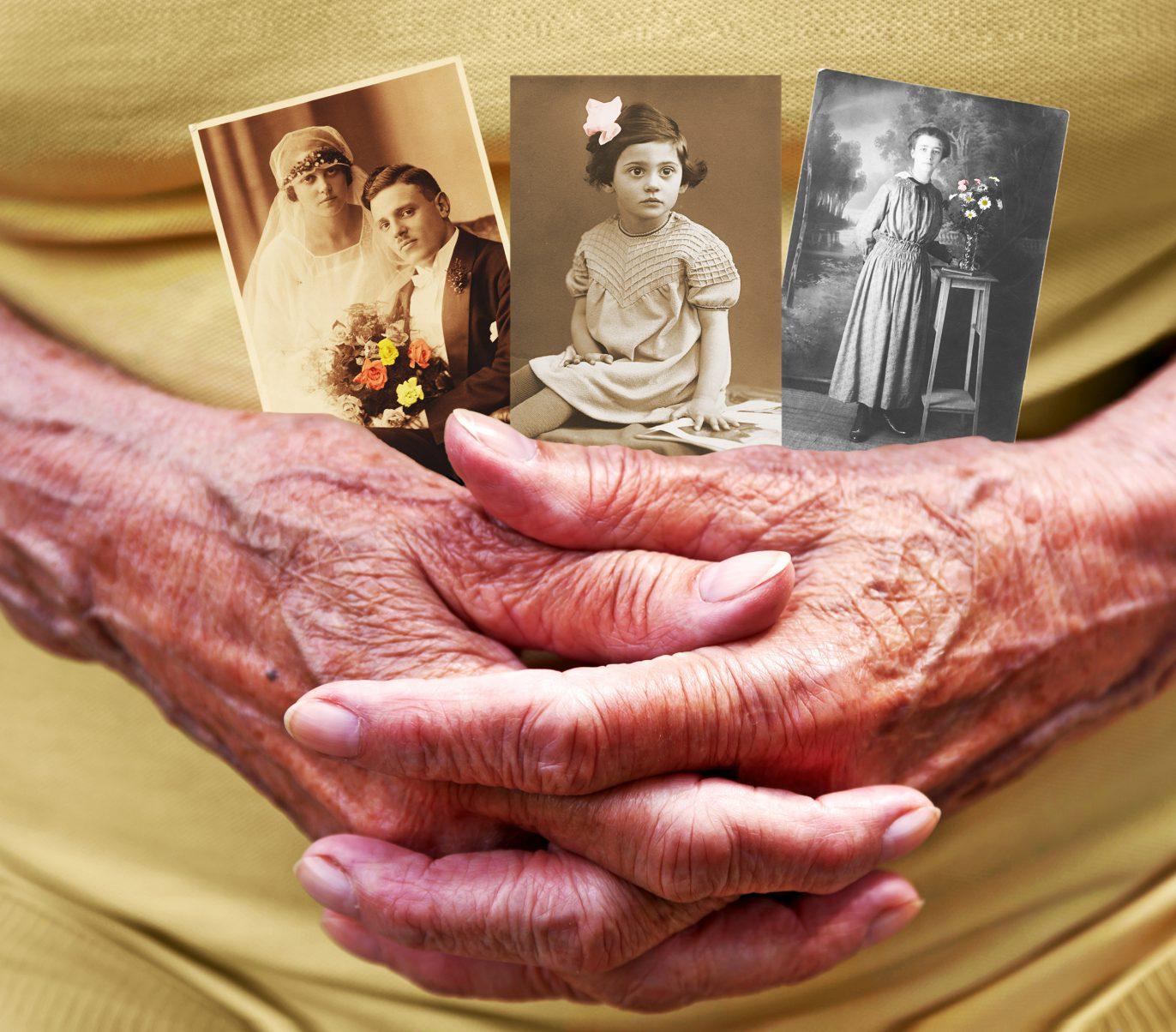 Drei Schwarz-Weiß-Fotos in den Händen einer älteren Person.