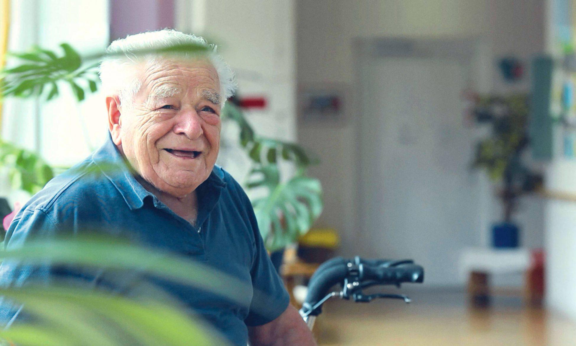 Älterer Herr lächelt.