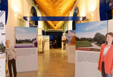 Langer Gang mit Ausstellungswänden der Ausstellung Gemeinsam Gehen. Foto: Markus Raupach.