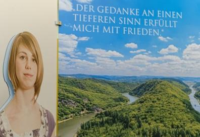 Ausstellungswand mit der Aufschrift: Der Gedanke an einen tieferen Sinn erfüllt mich mit Frieden. Foto: Markus Raupach