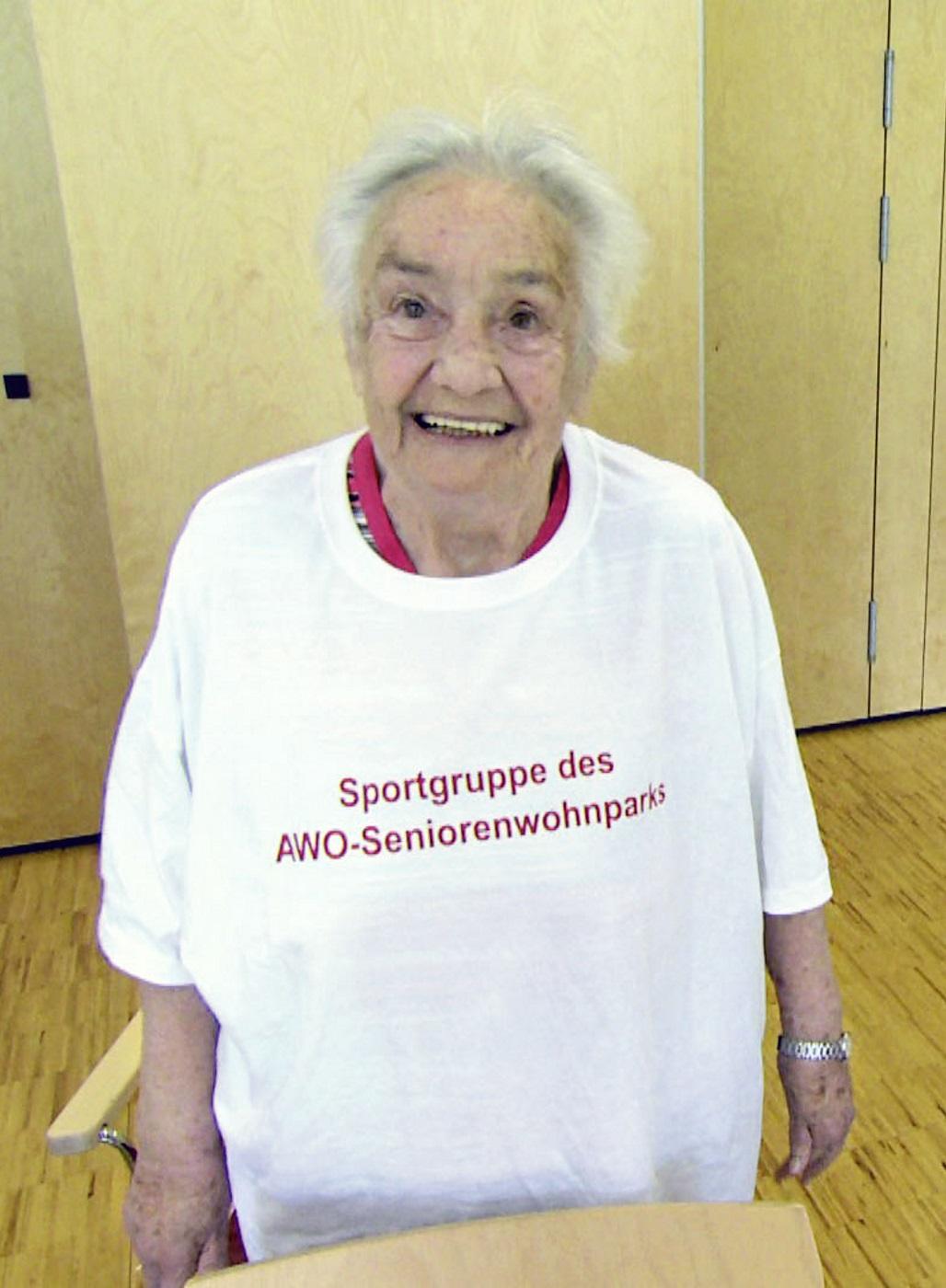 Ältere Dame beim Bewegungstraining. Sturzüprävention.