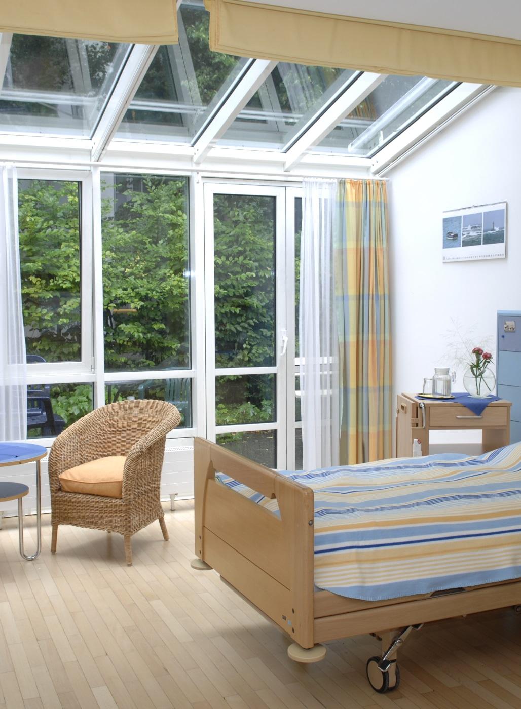 Helles, freudliches Zimmer auf einer Palliativstation im Krankenhaus.