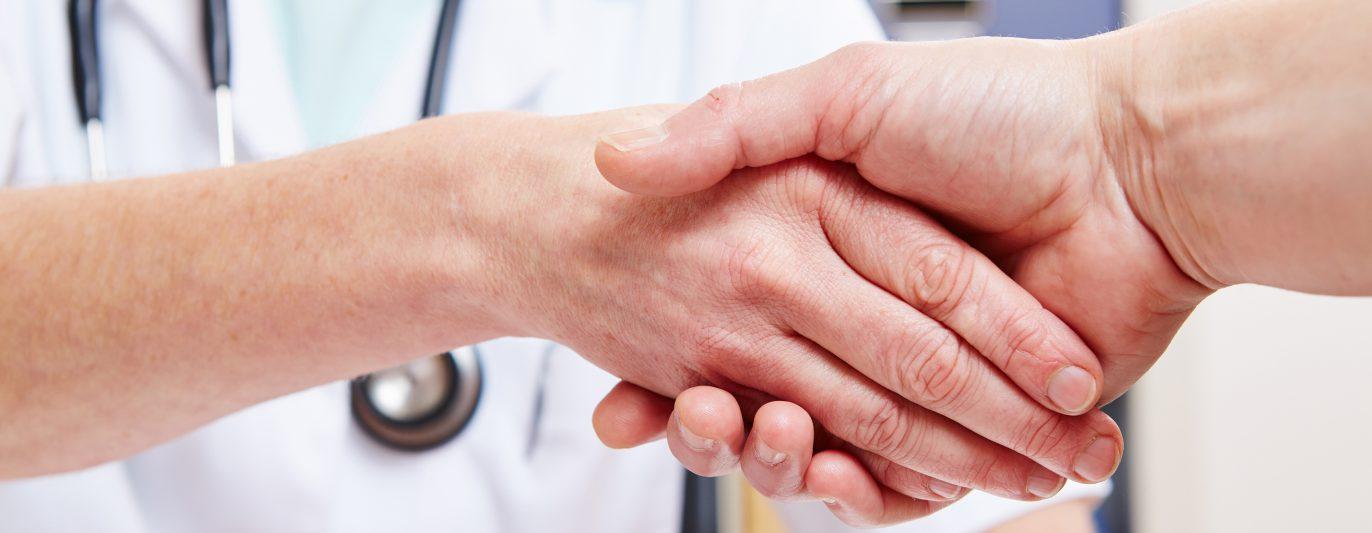 Handschlag zwischen Arzt und Patient im Büro.