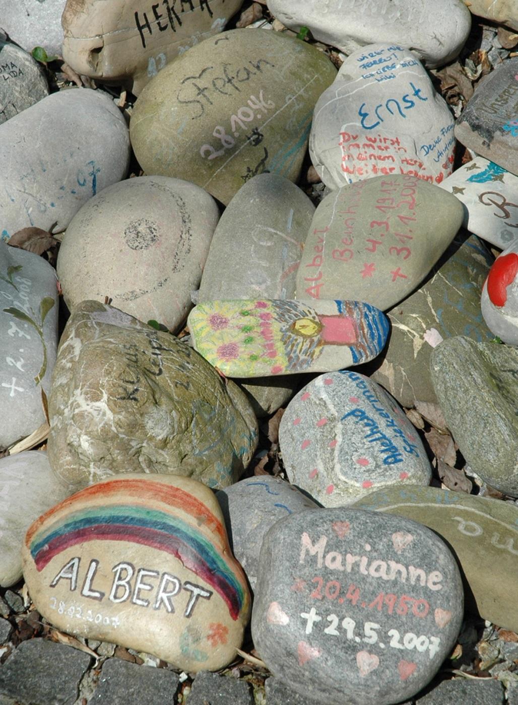 Steine im Erinnerungsgarten eines Kinderhospiz.
