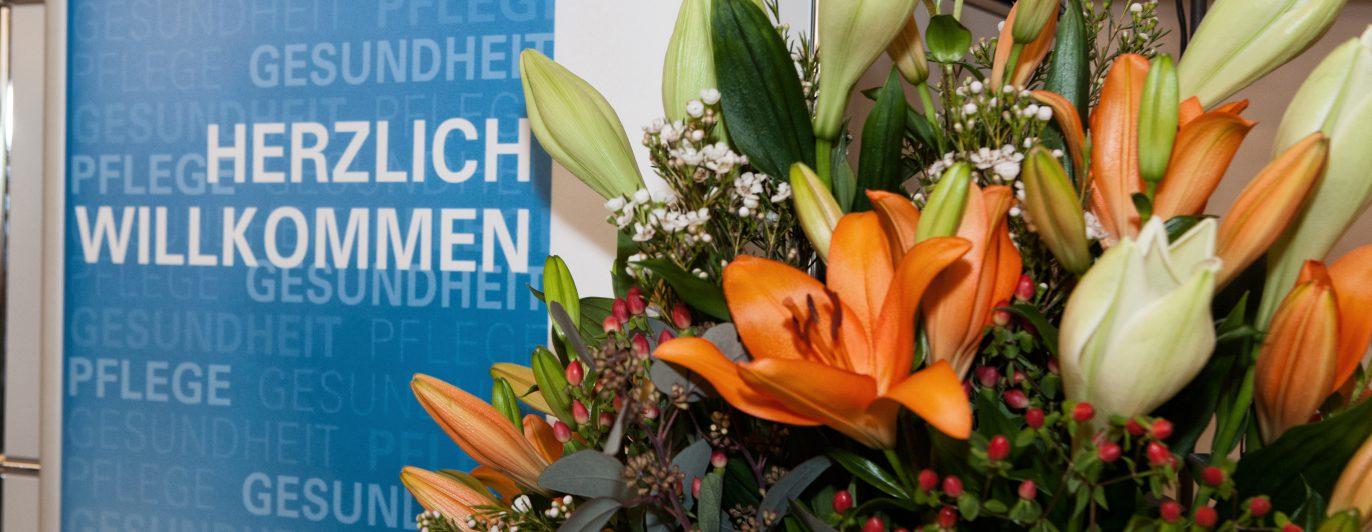 Die Bühne bei einer Veranstaltung des Bayerischen Staatsministeriums für Gesundheit und Pflege.