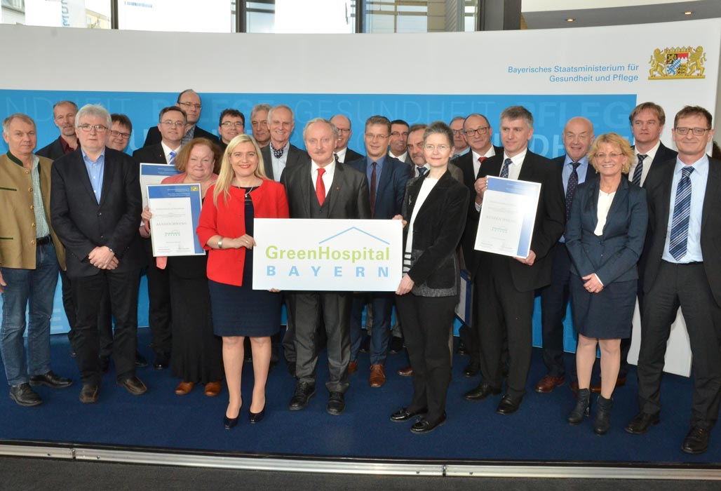 Gruppenfoto mit den Vertreterinnen und Vertretern der ausgezeichneten Green Hospitals am 24. Februar 2016 in München