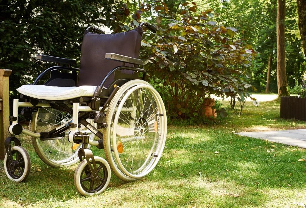 Rollstuhl steht im Park.