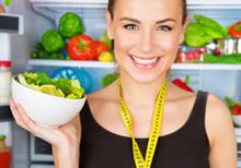 Frau mit Salatschüssel in der Hand