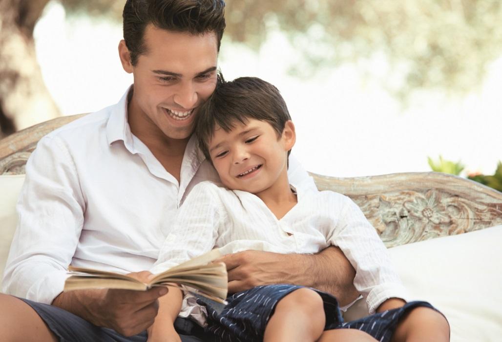 Vater liest seinem Sohn ein Buch vor.