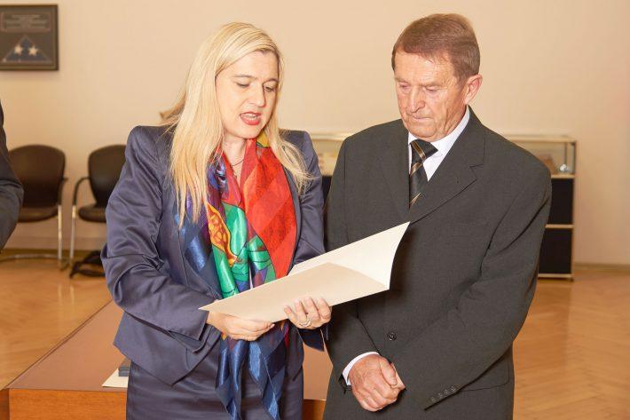 Ägidius Jakob bei der Verleihung des Verdienstkreuzes am Bande des Verdienstordens der Bundesrepublik Deutschland.