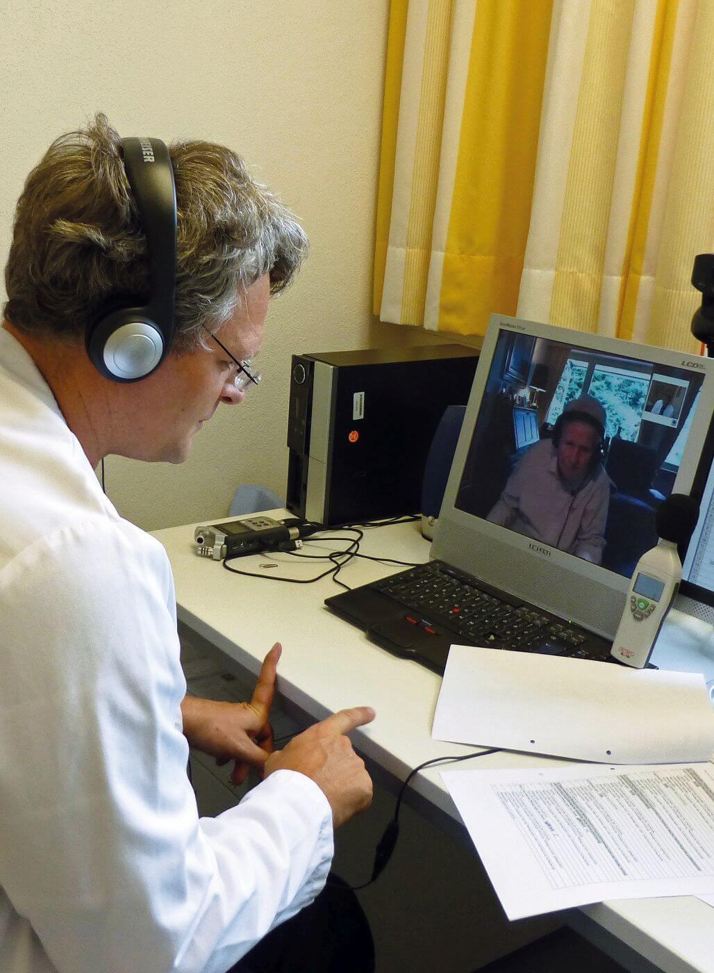 Arzt in Videokonferenz mit Patient.