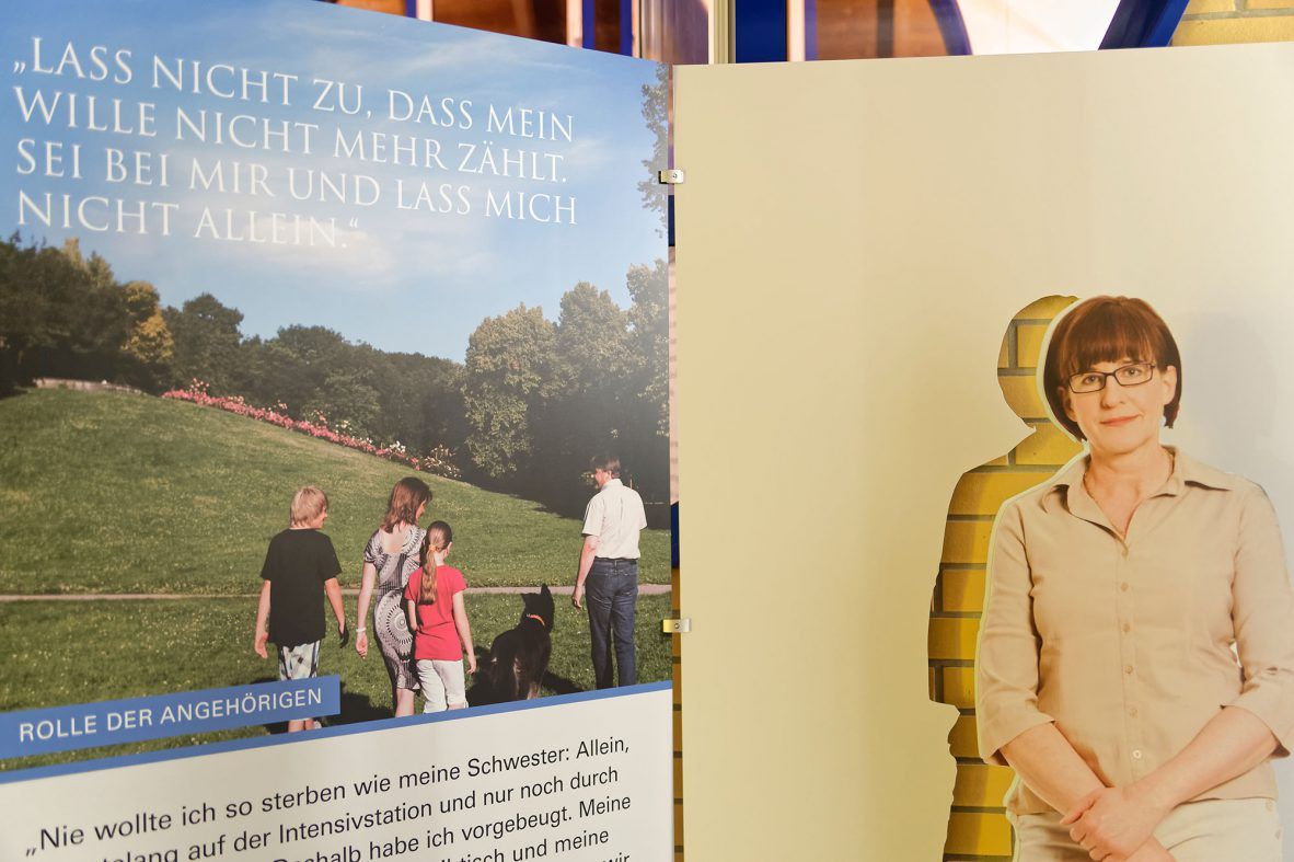Ausstellungswand Gemeinsam Gehen mit der Aufschrift: Lass nicht zu, dass mein Wille nicht mehr zählt... Foto: Markus Raupach