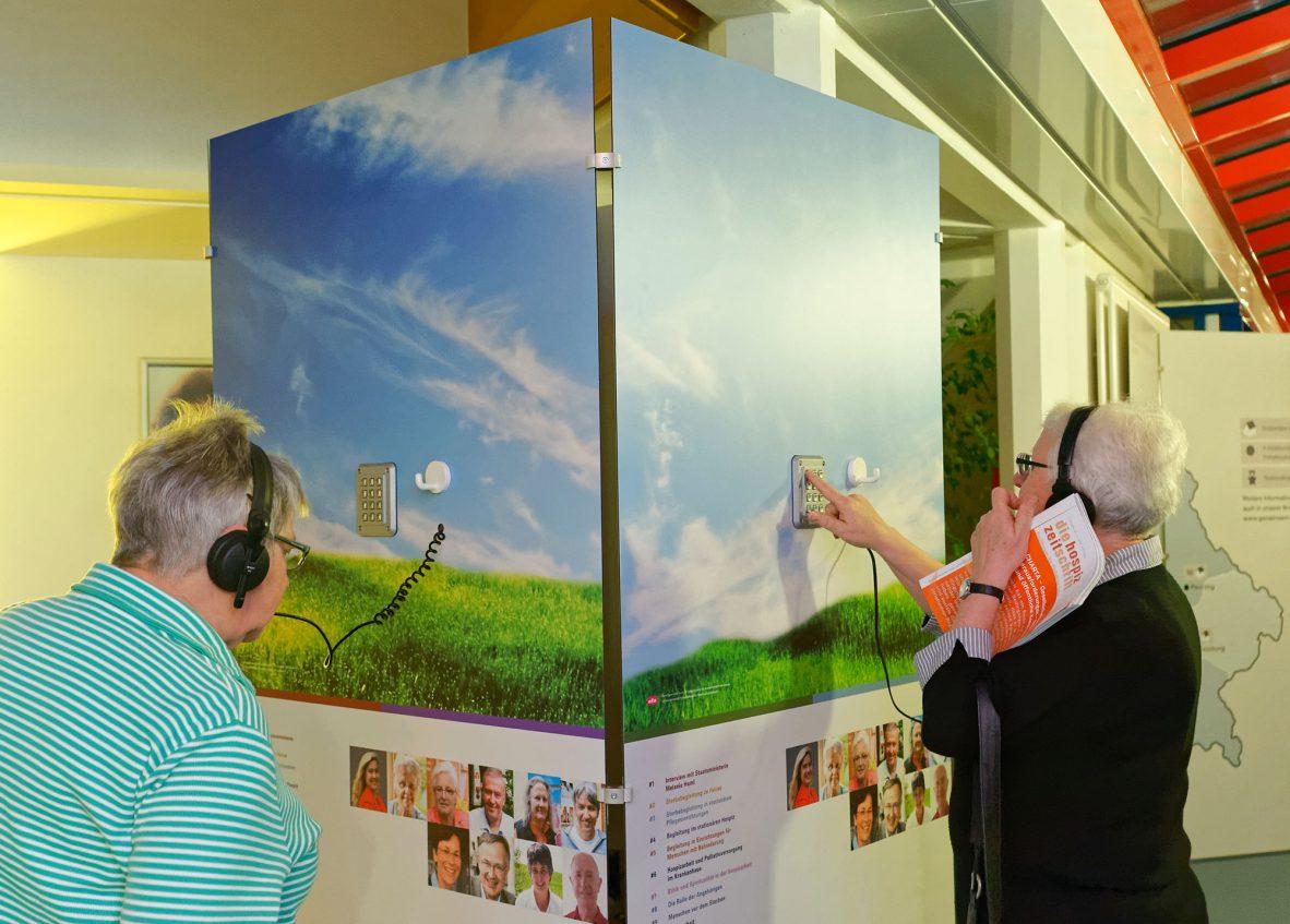 Zwei ältere Damen hören sich Hörbeispiele an der Ausstellungswand an. Foto: Markus Raupach