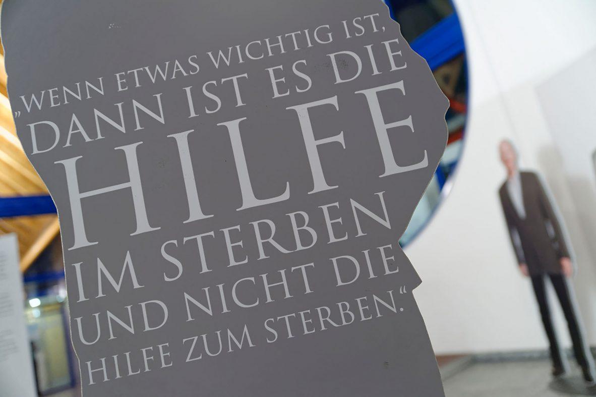 Ausstellungswand mit der Aufschrift: Wenn etwas wichtig ist, dann ist es die Hilfe im Sterben und nicht die Hilfe zum Sterben.
