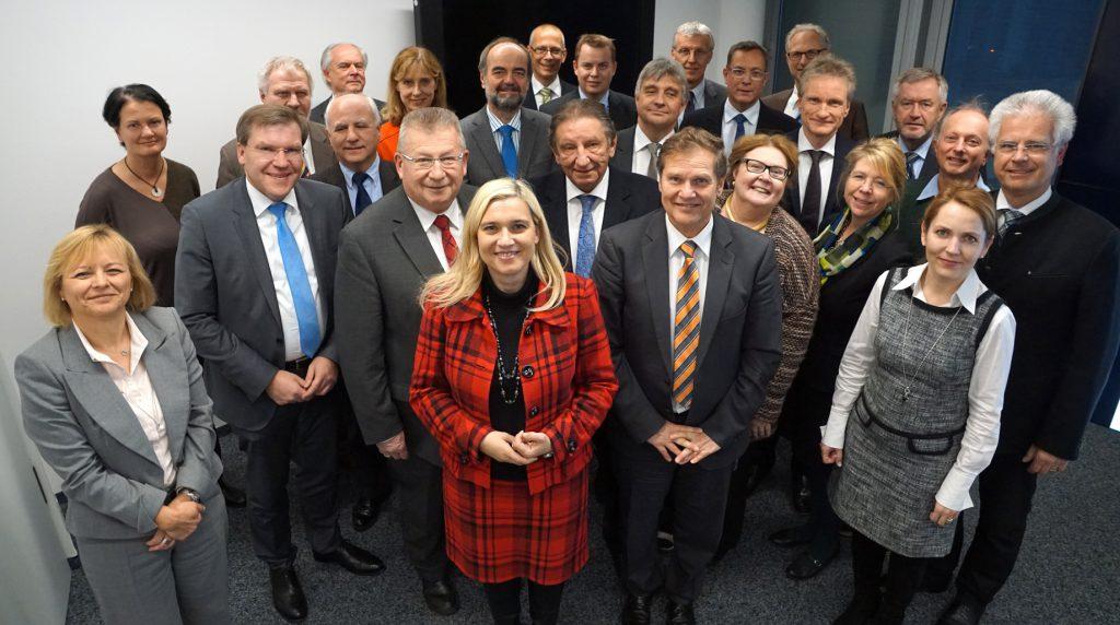 Die Mitglieder des Gemeinsamen Landesgremiums nach § 90 a SGB V am 1. Dezember 2016.