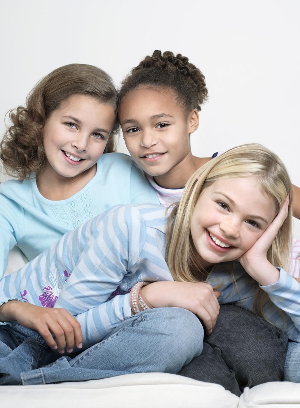 Drei Mädchen lachen zusammen.